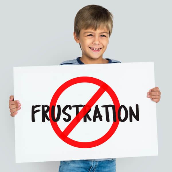 """Junge mit Schild """"Frustration"""""""